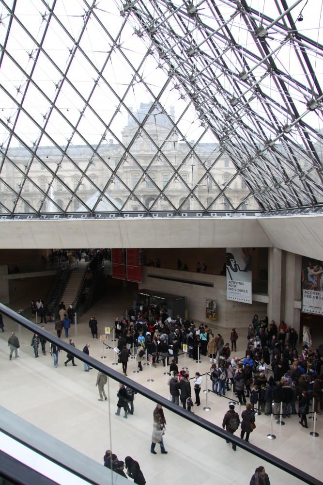 Louvren pyramidin alla on pääsisäänkäynti
