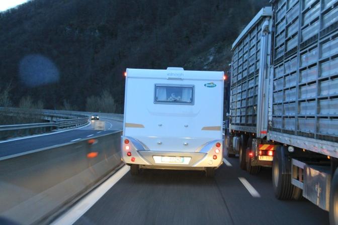Moottoritie saattaa olla kuuma, mutta leveä se ei Italiassa välttämättä ole. Ja pientareet oli molemmilla puolilla yhtä leveät.