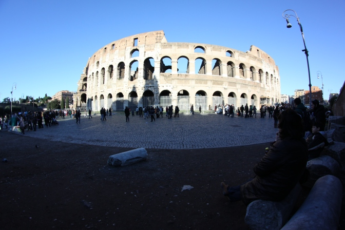 Kalansilmällä saatiin koko Colosseum mukaan kuvaan.