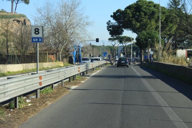 Tällä tiellä vasemmalla oli meidän campingpaikka Roomassa. Kaiteiden yli ei tulla, joten käytiin kääntymässä 2 km päässä.