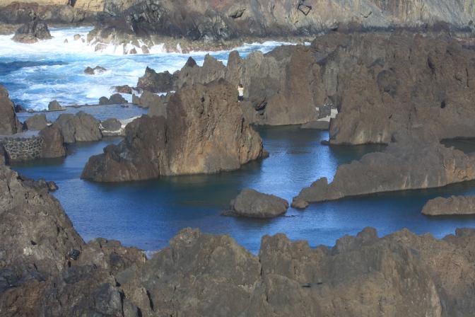 Uimakelpoinen vesiallas on eristetty myrskyävästä merestä