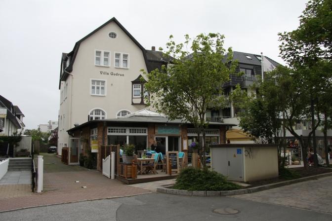 Hotelli saaren suurimman kaupungin Westerlandin kävelykadun varrella.