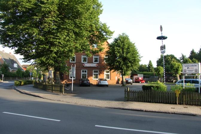 Hotellimme Schü am Kanal sijaitsi kivenheiton päässä Kielin kanavasta.