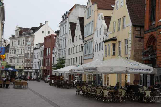 Flensburgin keskustan kävelykatu illalla