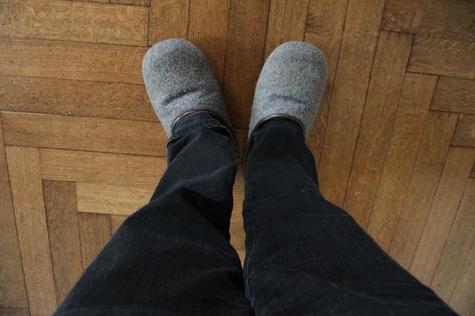 Linnan yläkerralla oli pakko pukea tällaiset tohvelit, jotka jalassa hiihdettiin pitkin huoneita. Tohvelit oli kokoa 56 tms. ja näyttivät olevan väärissä jaloissa :)