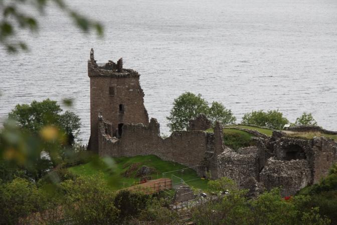 Urqhuartin linnan rauniot Loch Nessin rannalla