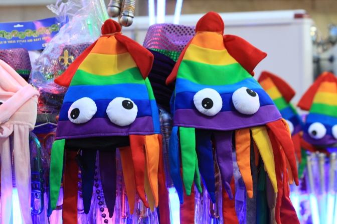 Eräs katuroinan myyjä piti myyntipuheen: Ostakaa naurettavan ylihinnoiteltuja Kiinassa halvalla tehtyjä Mardi Gras tavaroita!