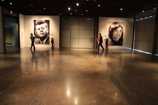 Presidenttiparin kuvat. Jaqueline Kennedyn kuva oli mosaiikkikuva JFK:n kuvista ja JFK:n kuva oli tehty Jackien kuvista
