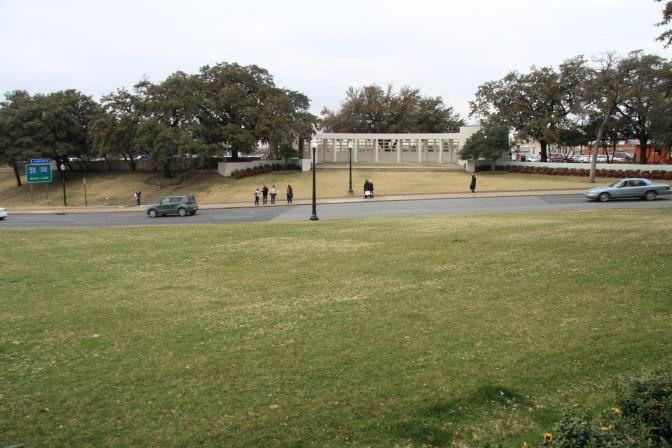 Vihreä ruohokukkula. Oikealla puolella oli se museo.