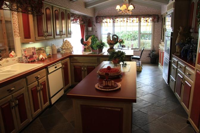 Keittiö. Kuvassa vasemmalla näkyy lautaseinää ikkunasta. Valeseinä rakennettiin siihen sen takia, että kuvauksissa keittiön ei pitänyt olla tuossa paikassa ja siksi se ei saanut näkyä ulkokuvauksissa.
