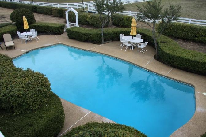Bobby Ewingin olympiakokoinen uima-allas. Todellisuudessa allas saadaan TV:ssä näyttämään suuremmalta peilien avulla.