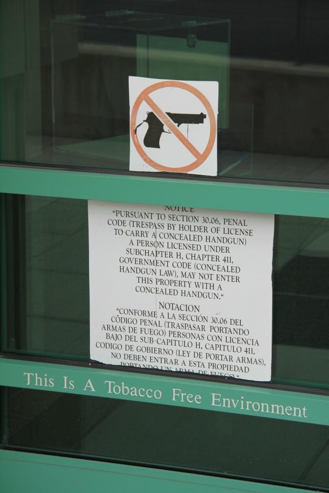 Aseita ei saa viedä museoon sisään. Ettäs tiedätte.