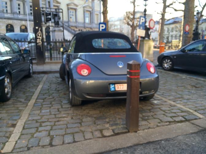 Kuva on vähän epätarkka, mutta niin oli tilannekin. Miten toi auto on saatu tuohon parkkiin?