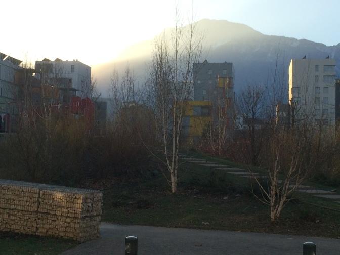 Aurinko laskee vuorten taakse