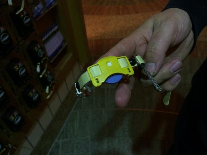 Kuvassa näkyvä sininen poletti saatiin kassalta. Vähän siinä ihmeteltiin, että mitäs sillä pitää tehdä. Sillä pääsi sisään portista ja sen jälkeen se asennettiin tollaseen rannekellon näköiseen juttuun, jonka sai irti tuosta pikkuisen lokeron ovesta. Rannekkeessa oli avain, jolla sai auki pukukaapin (jonka numero oli rannekkeessa). Pukeutumistilat olivat yhteiset molemmille sukupuolille, mutta siellä oli erikseen koppeja, jossa sai vaihtaa vaatteet.