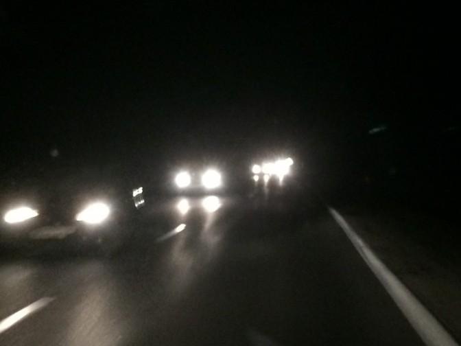Yöajon kuvaaminenkännyllä on haastavaa, mutta tässä kuvassa kolmannet valot kuuluvat kahdelle rinnakkaiselle autolle. Takimmainen lähti kohtuu yllättäen ohittamaan eikä vielä tässä oltu siirrytty pientareen puolelle.
