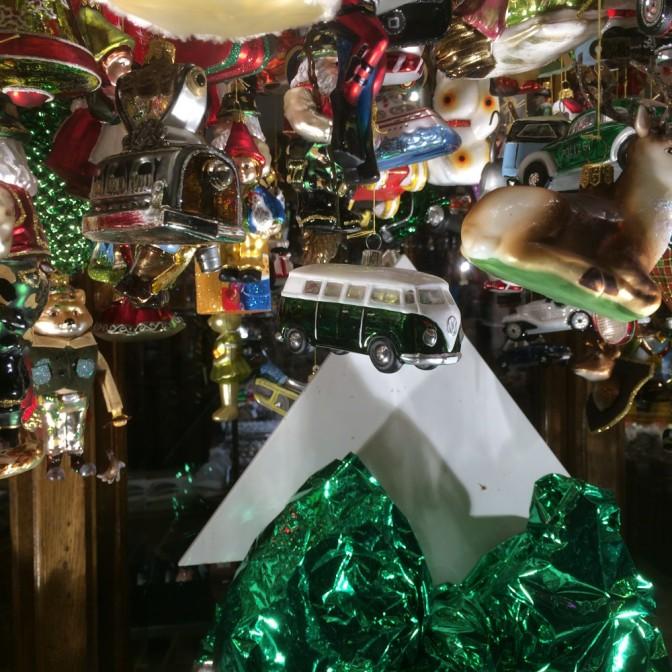 Erään pienen liikkeen joulukuusenkoristeita.