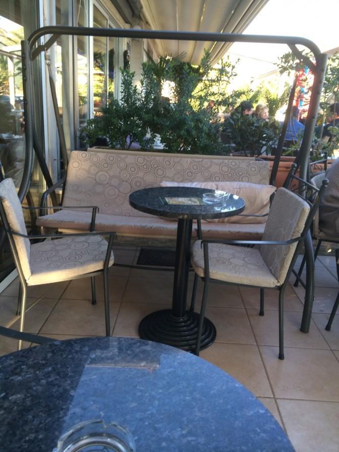 Pysähdyttiin kahville Lidoon. Puutarhakeinu kahvilassa oli ihan mukava :)