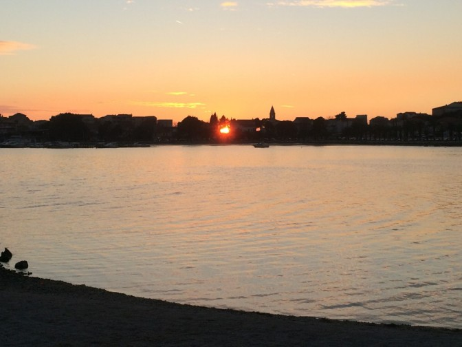 Jännästi auringonlasku näkyi kylän läpi.