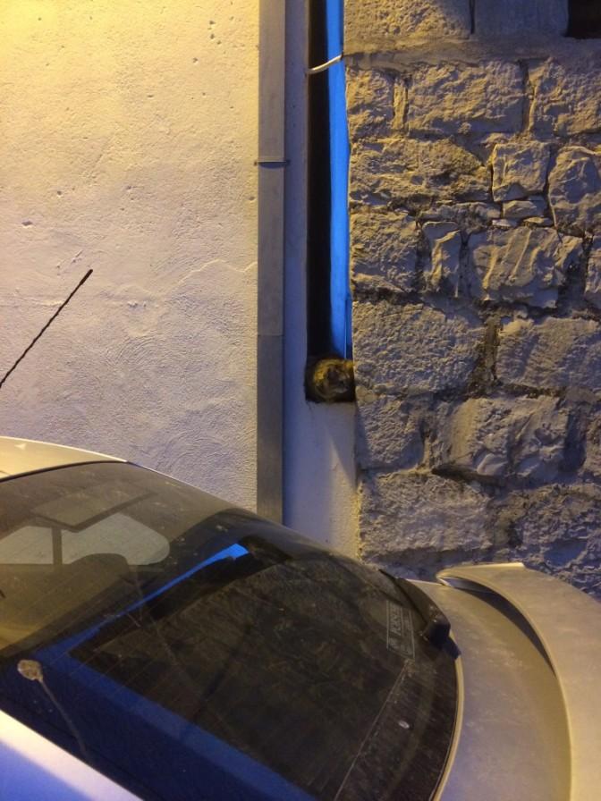 Edessä oleva auton konepelti oli täynnä kissantassun jälkiä ja taisimme löytää syyllisen. Hän katseli vuoron perään kumpaankin suuntaan eli veikkaisin kyseessä olevan jonkinlainen naapurustovahti :D