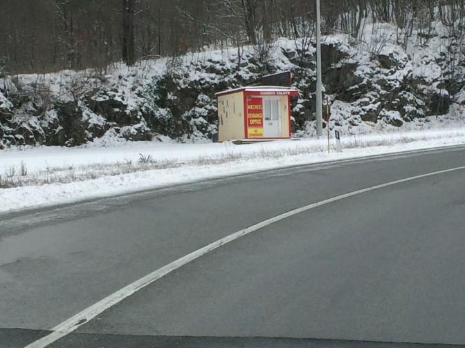 Alettiin lähestyä Slovenian rajaa, kun rahanvaihtopisteitä ilmaantui tienposkeen. Eivät kyllä olleet auki.