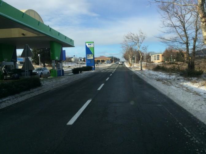 Slovenian ja Italian rajalla piti täyttää pissapoikaa ja tuuli oli niin luja, että Juhani joutui oven avastessaan ottamaan ratista kiinni, että pääsi kiipeämään takaisin autoon