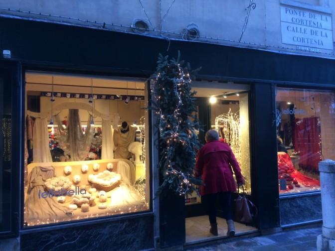 Kävimme ilmeisesti Venetsian ainoassa lankakaupassa Lellobellassa. Myytävänä on alpakkaa ja muita hienoja lankoja. Sukkalankoja rajoitetusti.
