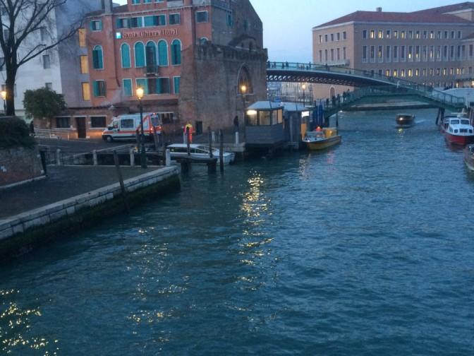 Ambulanssi oli juuri peruuttamassa kopille noutamaan asiakasta. Tuossa veneessä oli siniset vilkkuvalot, mutta eivät kuvaan sattuneet.