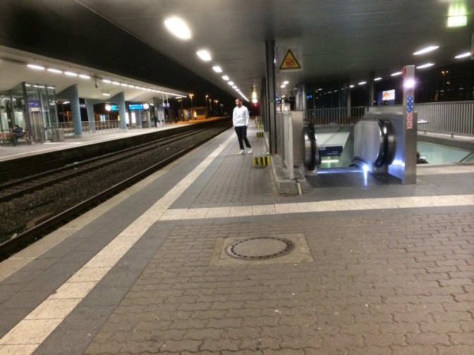 'Koko yö nyt ollaan vaan ja hengaillaan, kun junaa odotetaan...'