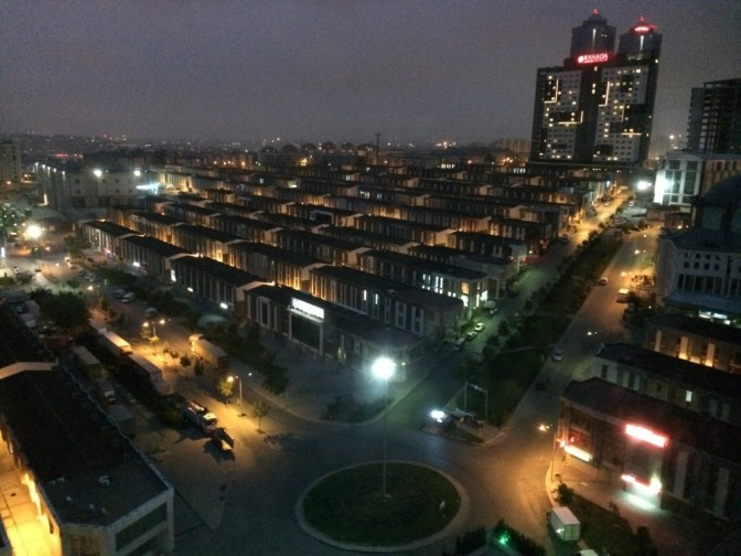 Iltakuvaa hotellin ikkunasta