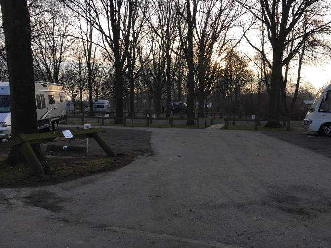Puistomainen Stellplatz aamulla