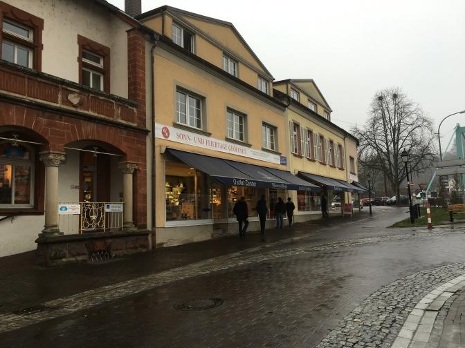 Villeroy&Boch outlet. Myymälä ei vaikuta juuri miltään ulkoapäin, mutta ulkonäkö pettää ja sisältä löytyy tilaa.