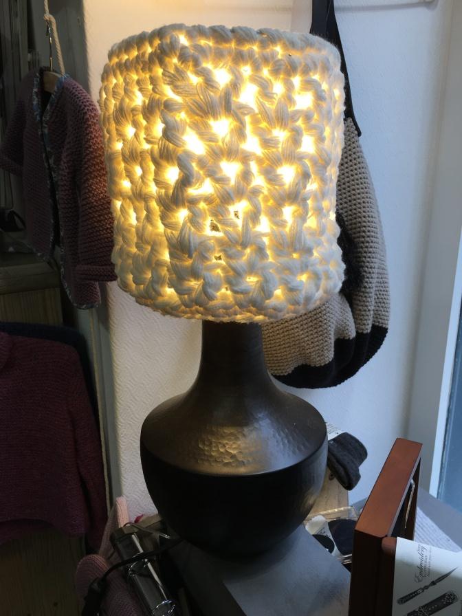 Lankakaupassa oli aika hieno lampunvarjostin tehty paksusta langasta.