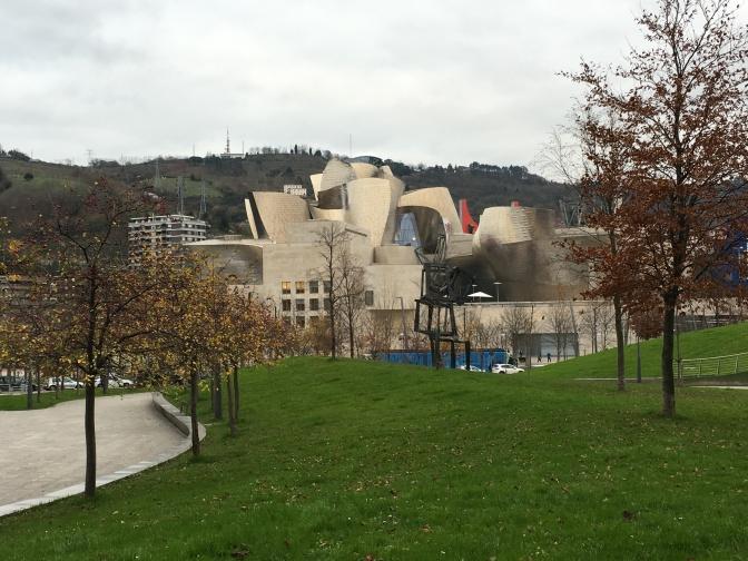 Guggenheim -museo Bilbao. Tornien välistä pilkottava punainen on sillan kannatin.