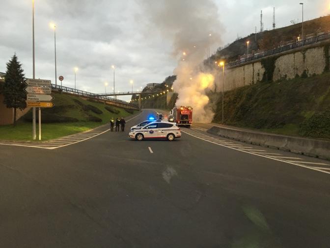 Tästä meidän piti kääntyä. Kukaan ei loukkaantunut - auto vaan paloi.