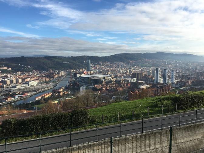 Bilbao by daylight. Guggenheim sijaitsee tuon korkean tornin oikealla puolella.