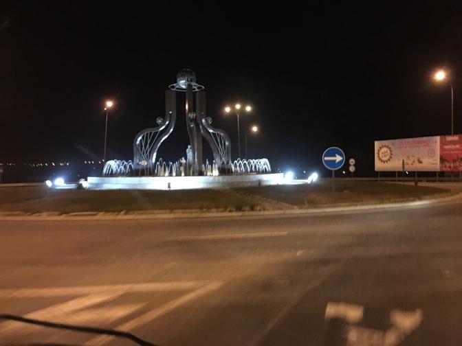 Liikenneympyrässä suihkulähde. Saattoi olla Portugalin puolella.