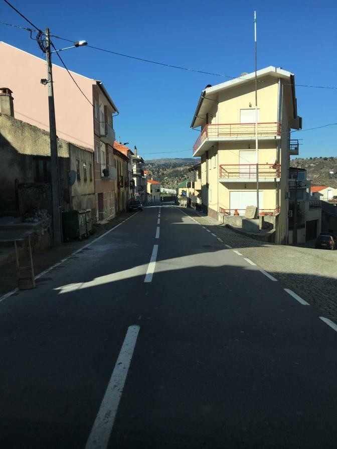 Ajelimme pienen kylän läpi matkalla Melosta Portoon.