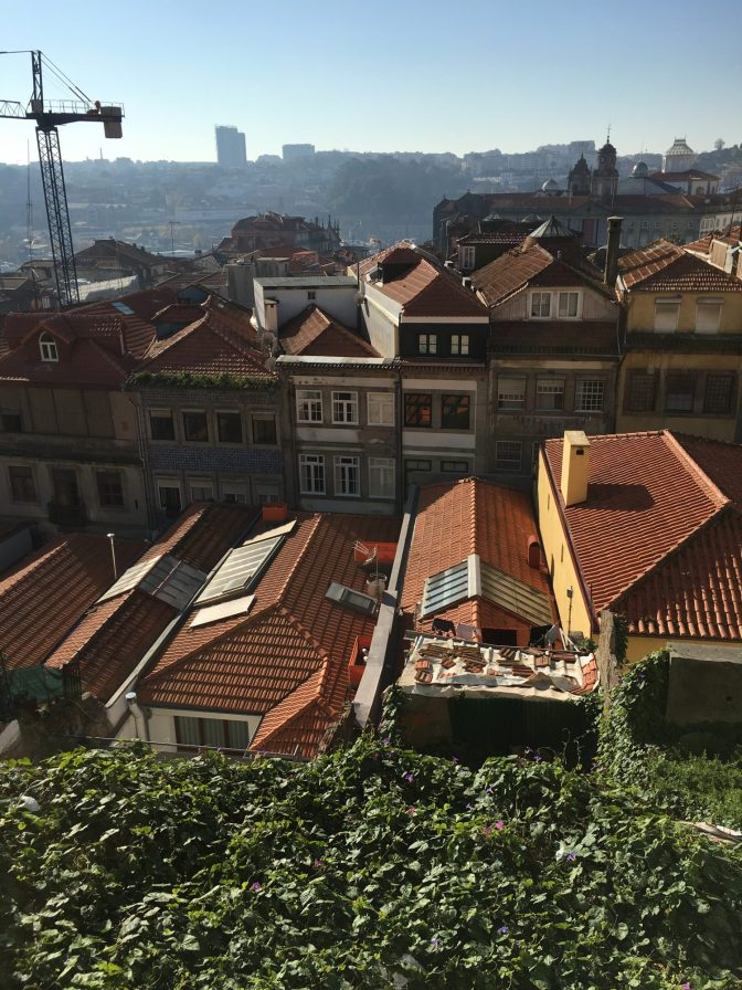 Katselin tätä maisemaa jonkun aikaa, kun en keksinyt mikä oli vialla. Selvishän se. Jos katsoo noita taloja, niin fasaadit on suorassa katuun nähden, mutta talojen katot eli siis myös talot on kuitenkin vinossa katuun nähden :)