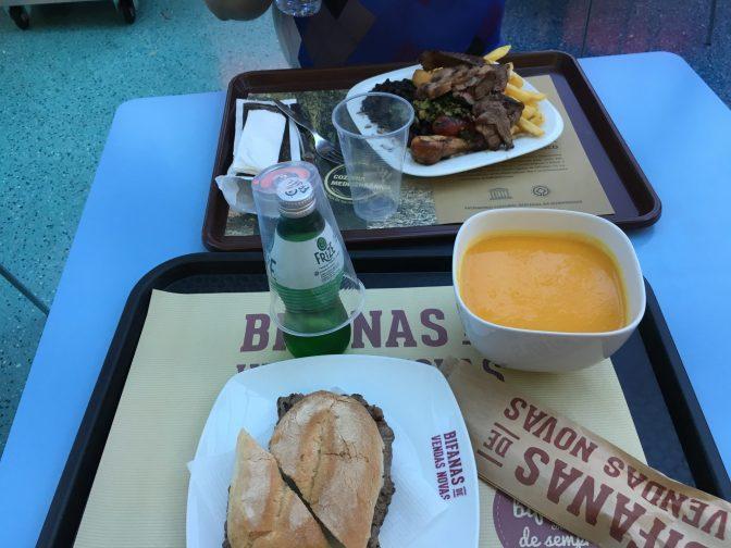 Herkullinen lounas. Mun keitto ja pihvileipä maksoi 5,30 e ja Juhanin ruoka 7 e.