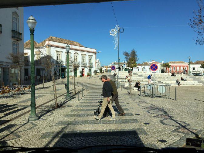 Pysähdyttiin suojatien eteen kuten kuuluukin. Eivät vaan kävelijät luulleet että pysähdytään ja jouduttiin houkuttelemaan ne kadun ylitykseen. :)
