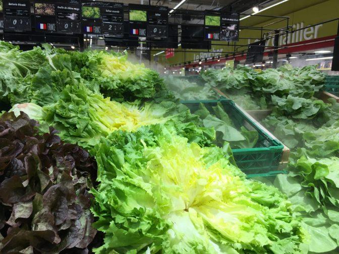 Salaattien päälle suihkutetaan vettä, jotta pysyvät tuoreena.