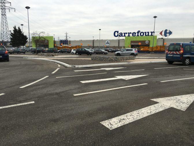 Carrefourin parkkis. Tasaiselle alueelle on maalattu hirveesti viivoja ja liimattu kanttikiviä, jotta pidetään eri autot erillään.