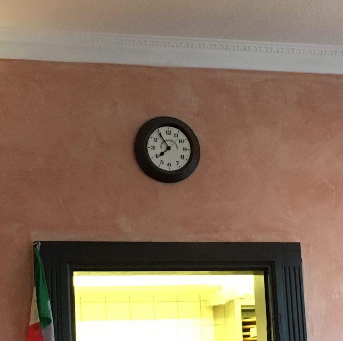 Ravintola Colisseon keittiön oven yläpuolella oli kello, josta tarkistimme ajan. Oikeata aikaa joutui vähän miettimään :D