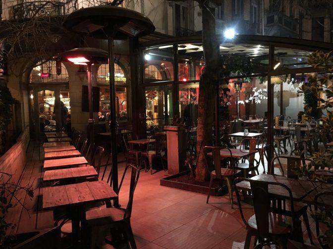 Yritimme löytää ensin tilaa tästä Brasseri La Terasse ravintolasta, mutta oli täyttä klo 20.30 kieppeillä.