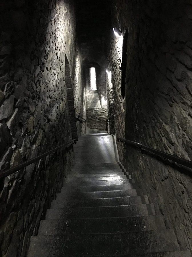 Ekaks mentiin portaita ylös ja sit tultiin portaita alas. Kapeita käytäviä.