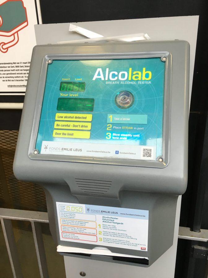 Parkkihallin maksuautomaatin vieressä oli alkotesteri.