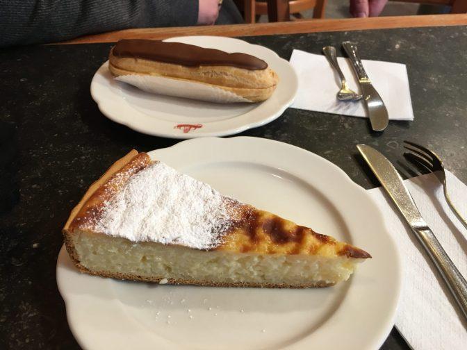 Etualalla riisipiirakka ja taustalla Juhanilla Èclair, joka on perinteinen ranskalainen leivos.