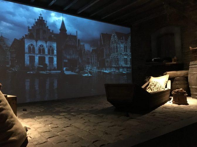 Tarinan alkaa Bruggen satamasta. Taustalla pyöri filmi.
