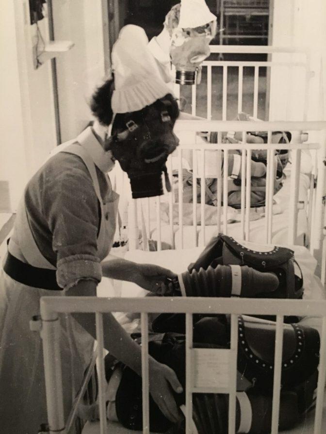 Kuva vaikuttavasta kuvasta: näiden kaasunaamareiden sisällä oli vauvoja. Vauvat haluttiin suojata mahdollisia kaasuiskuja varten ja tässä harjoiteltiin asiaa.